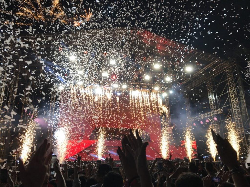 Hujan confetti putih dan pesta kembang api jadi penutup konser