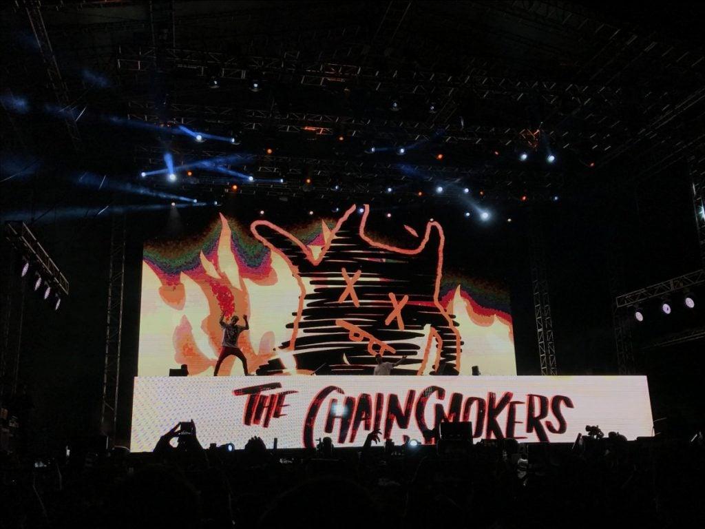 Efek visual yang spektakuler ditampilkan sepanjang konser