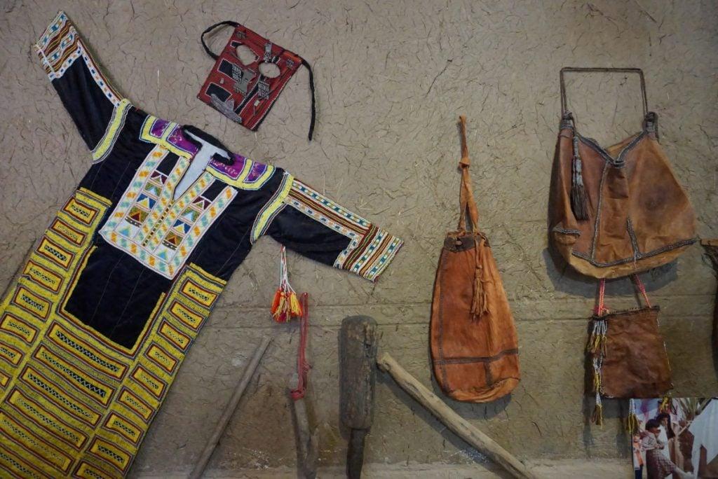 Busana tradisional Arab lengkap dengan aksesorisnya.