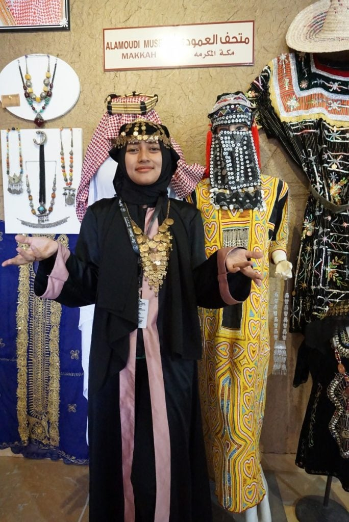 Bergaya ala wanita Arab.