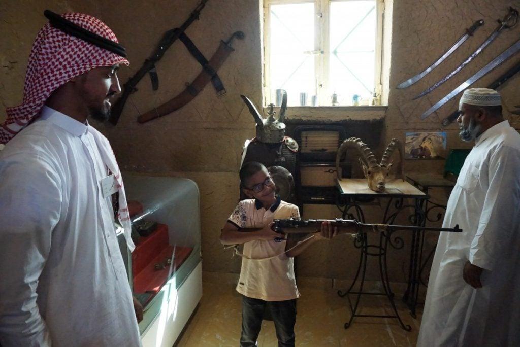 Pengunjung diperbolehkan mencoba koleksi senjata dengan didampingi petugas.